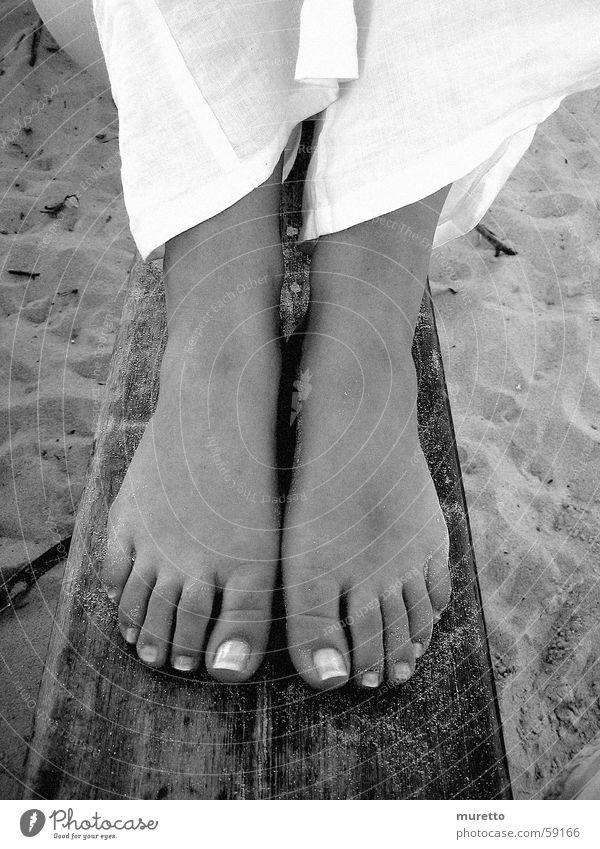 Füße am Strand Frau Sommer Strand Holz Fuß Sand sitzen Bank Nordsee Sylt Meer Jahreszeiten