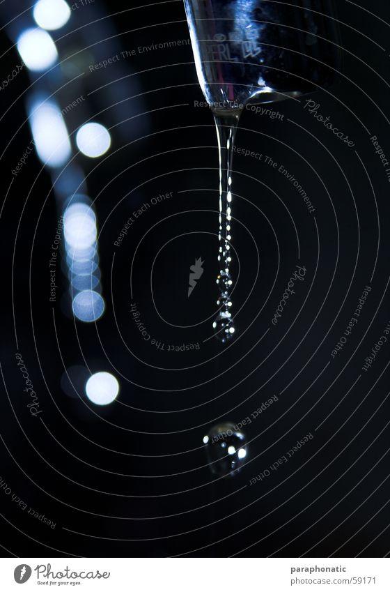 Trofender Wasserhahn Küche kaputt Wasserrohr Wassertropfen Reflexion & Spiegelung Blitze Nacht nervig laut reich Wasserverschwendung Innenaufnahme Softbox
