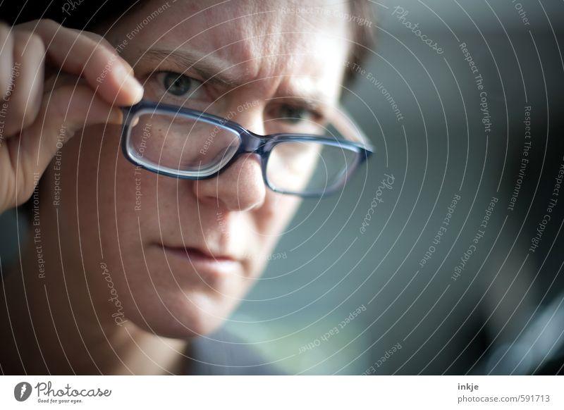 fehlen noch Bilder? Oder ist die Seite schon voll? Mensch Frau Gesicht Erwachsene Leben beobachten Brille Neugier Bildung Konzentration Erwachsenenbildung