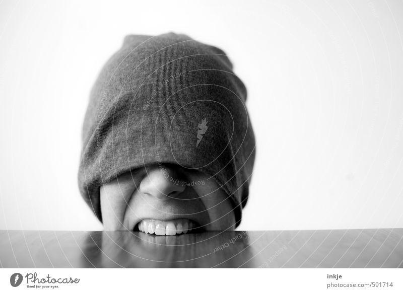 heute ist Montag Mensch Frau Gesicht Erwachsene Leben Gefühle lustig Holz Stimmung Angst wild Tisch Zähne Wut Mütze Stress