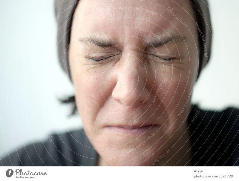 Frau mit verzerrtem Gesichtsausdruck Ernährung Essen Geschmackssinn Lifestyle Stil Erwachsene Leben 1 Mensch 30-45 Jahre Mütze authentisch Ekel nah Gefühle