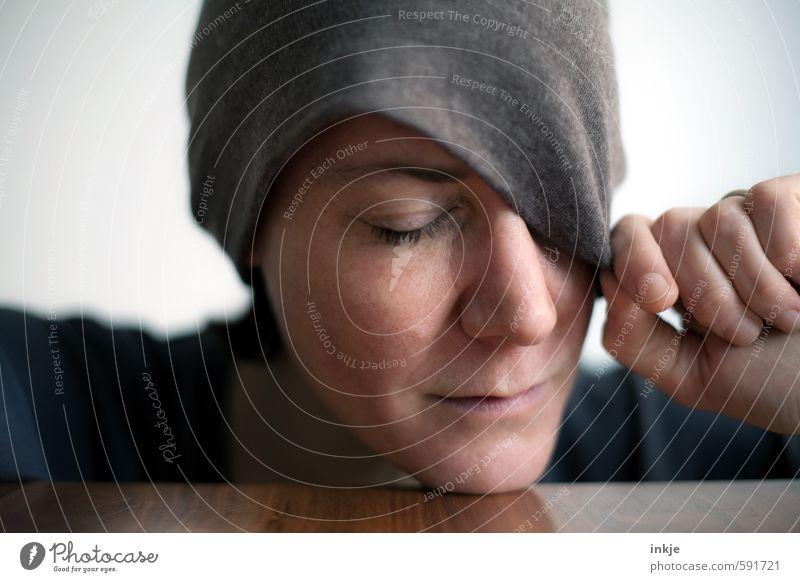 Es ist genug. Pause. Dankeschön! Lifestyle Stil Frau Erwachsene Leben Gesicht Hand 1 Mensch 30-45 Jahre Mütze Erholung schlafen träumen Gefühle Stimmung