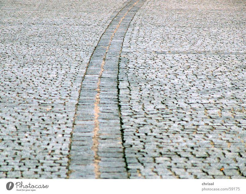 """""""grenzwertig"""" grau Wege & Pfade Linie Platz Grenze Teilung Trennung Pflastersteine krumm Grad Celsius Granit unaufmerksam versetzt"""