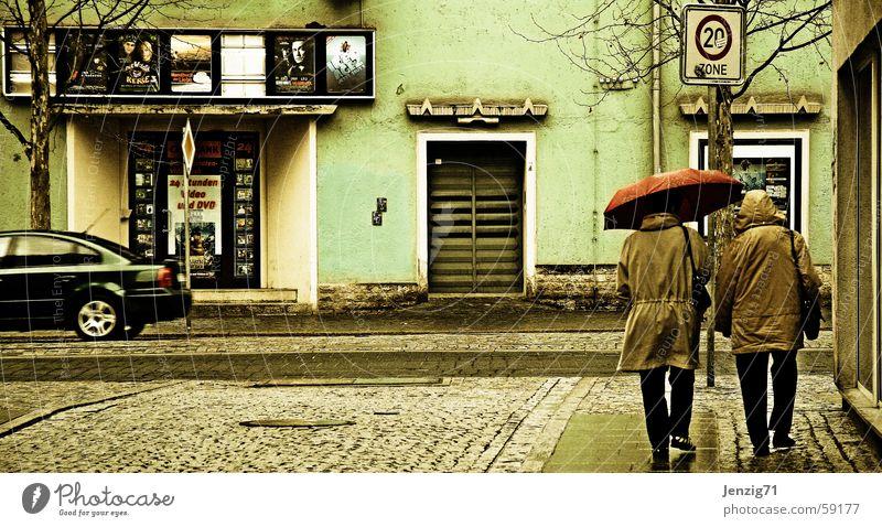 Kinotag. Mensch Stadt Straße Regen Regenschirm Bürgersteig Kino Kopfsteinpflaster Thüringen schlechtes Wetter Jena