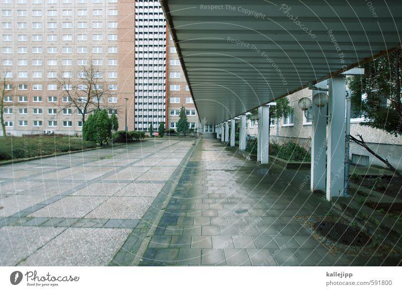 plattenende Stadt Hochhaus Symmetrie Zentralperspektive Ministerium für Staatssicherheit Berlin Gang Farbfoto Außenaufnahme Licht Schatten Kontrast