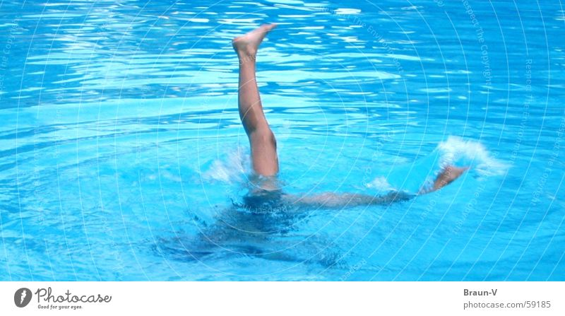 Wenn es doch nicht so schwer wäre.... Schwimmbad Wellen Schwimmsportler Zehen Zehenspitze gerade Handstand Wasser blau Beine Fuß Geschwindigkeit
