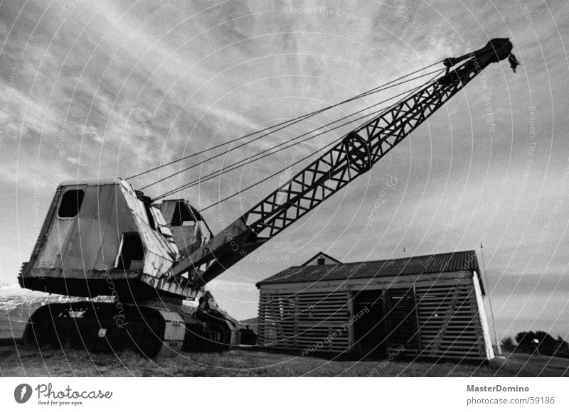 Des Baggers Bruder alt Himmel Haus Wolken Gras Metall Arme Baustelle verfallen Rad Hütte Rost Maschine Kette Fahrzeug Kran