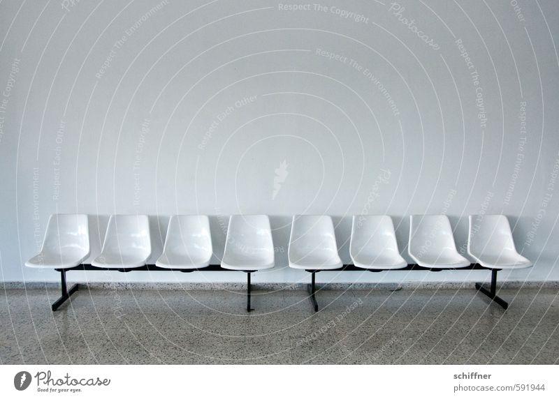 Kuschelgruppe | In Reih und Glied Fassade hässlich grau Sitzgelegenheit Sitzecke Sitzreihe Reihe Reihenfolge ausdruckslos leer trist Langeweile Stuhl Stuhlreihe