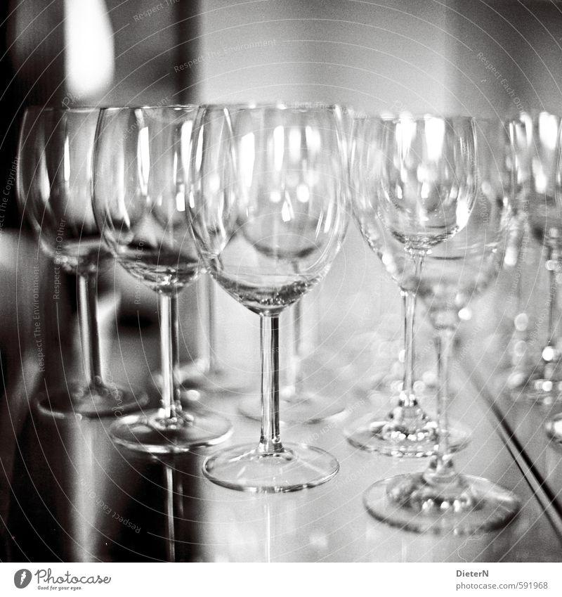 In Reihe Glas grau schwarz weiß Weinglas Reflexion & Spiegelung analog Schwarzweißfoto Innenaufnahme Textfreiraum oben Kunstlicht Licht Schatten Kontrast