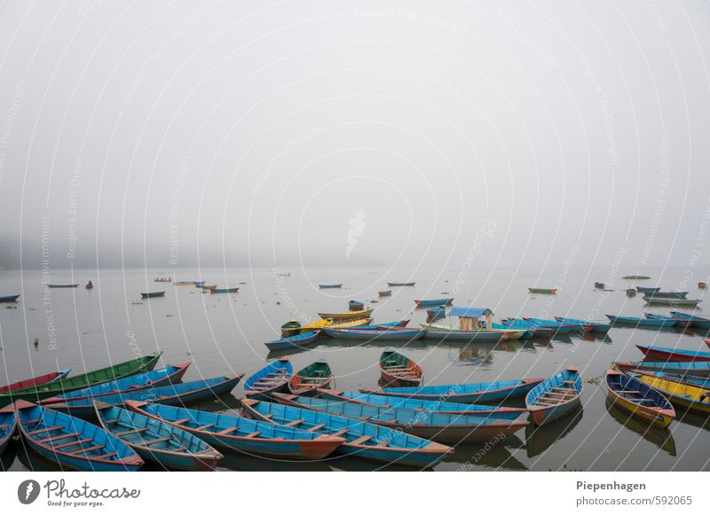 Niemand da bei Nebel Umwelt Natur Landschaft Wasser Wolken Horizont Wetter schlechtes Wetter Wellen Küste Seeufer Flussufer Schifffahrt Bootsfahrt Fischerboot