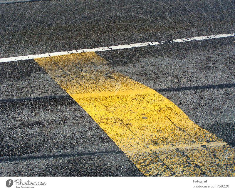 Straßenstrich. Asphalt gelb fahren Streifen weiß grau nass trocken Geometrie Regelung Bodenbelag Kontrast streichen zeichnen auftragen Perspektive Lampe