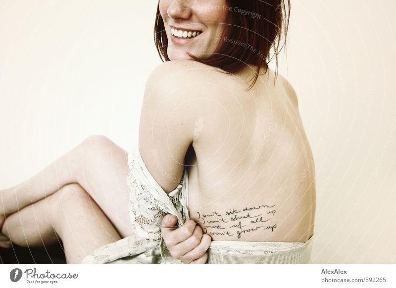 Frollein Wild! Junge Frau Jugendliche Haut Mund Lippen Rücken Beine 18-30 Jahre Erwachsene Kleid rothaarig langhaarig Lächeln lachen ästhetisch sportlich