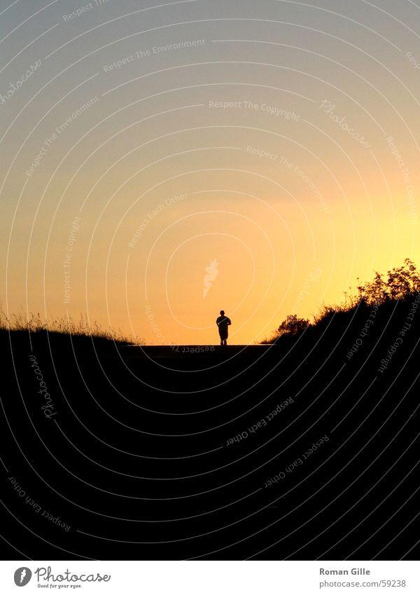 running away Joggen Jogger Sonnenuntergang Horizont schwarz Einsamkeit Außenaufnahme Rücken laufen Läufer Wege & Pfade frei