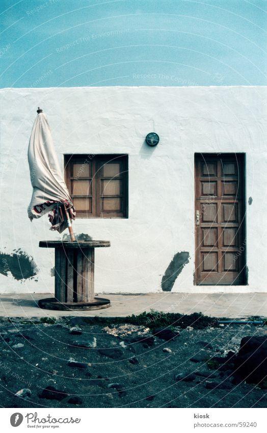 sommerhaus Haus Wand Fenster Tür geschlossen Sonnenschirm
