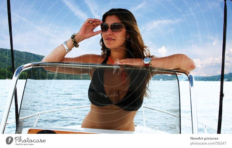 see Frau Wasser Sonne Sommer Ferien & Urlaub & Reisen Erotik See Wärme Wasserfahrzeug Wellen Körper Frauenbrust Model Physik Bikini Sonnenbrille