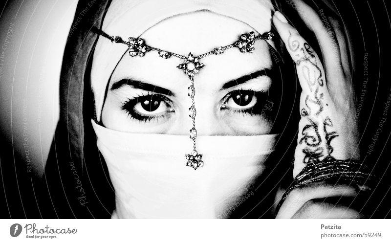 indian princess Frau Porträt Indien schwarz weiß Hand Schleier Schmuck Halskette Kopfbedeckung Naher und Mittlerer Osten Gesicht Auge Mensch Blick Tuch