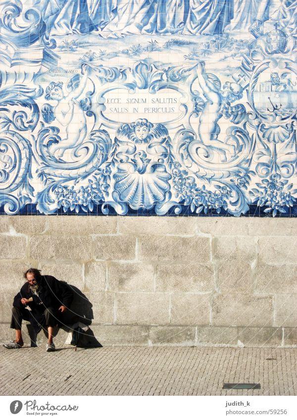ecce signum salutis Zwerg blau-weiß Portugal Niederlande Bürgersteig Bettler Obdachlose Wand Fassade Wicht Straßenbelag Hund Schattendasein Vergänglichkeit