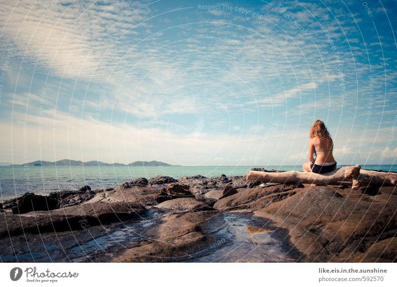 <- realität-weck mich bloß nicht auf! Jugendliche Ferien & Urlaub & Reisen schön Sommer Sonne Meer Erholung Junge Frau Landschaft Ferne Leben feminin Freiheit Felsen Zufriedenheit Rücken