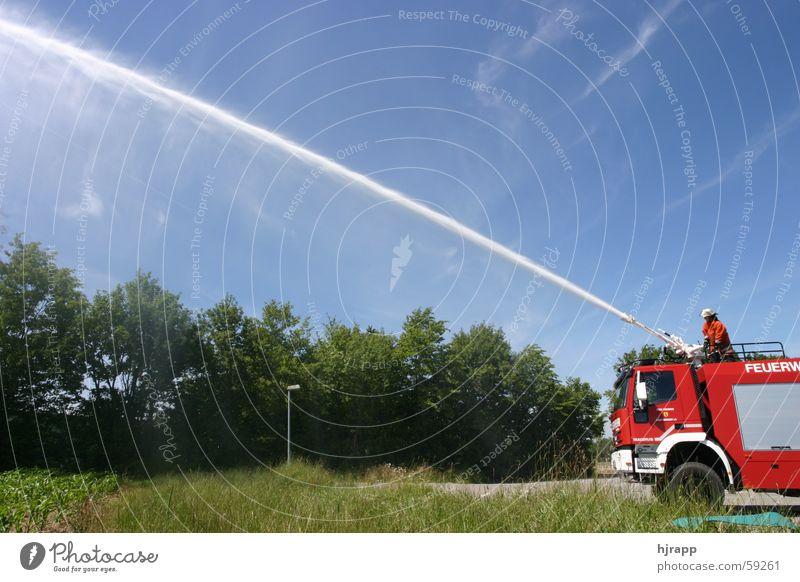 Großtanker mit Monitor im Einsatz Feuerwehr Wasser wasserwerfer