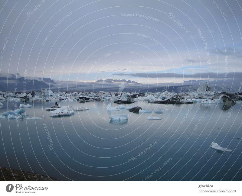 Eisig – Gletscherlagune in Island – nochmals Wasser Himmel weiß blau Ferien & Urlaub & Reisen ruhig Wolken Ferne kalt Berge u. Gebirge Landschaft hell violett