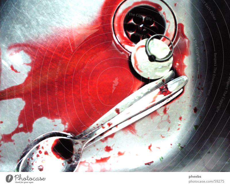 und dann war es aus... rot Farbe glänzend Wassertropfen Blut Mord Löffel Geschirrspülen Küchenspüle färben Edelstahl