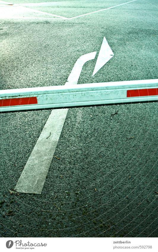 Pfeil hinter Schranke wallroth Richtung Orientierung Hinweisschild abbiegen Kurve Wandel & Veränderung Richtungswechsel Verkehr Eingang Ausgang Einfahrt