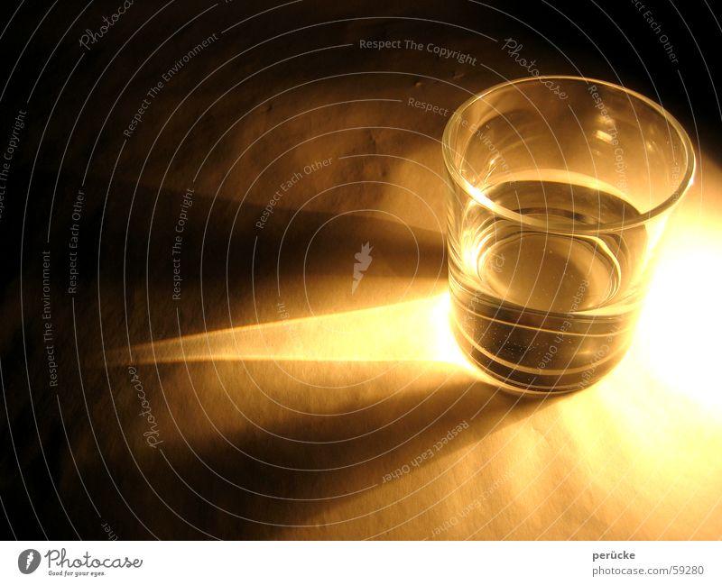 Glas beleuchtet Wasser hell Beleuchtung glänzend Flüssigkeit Licht erleuchten grell liquide Fairness Lichtschein Lichtstrahl
