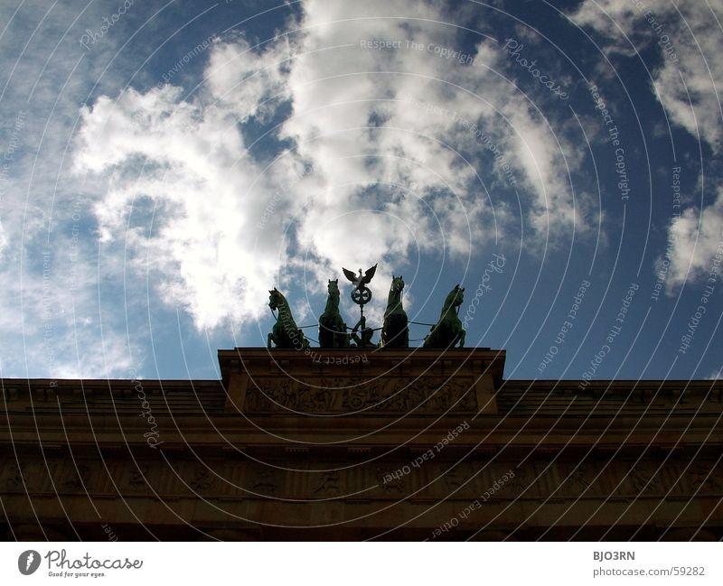 Muss man fotografiert haben... Europa Skulptur Brandenburger Tor Gegenlicht Cirrus Himmelsszene Denkmal Wolken Berlin Hauptstadt Ferien & Urlaub & Reisen