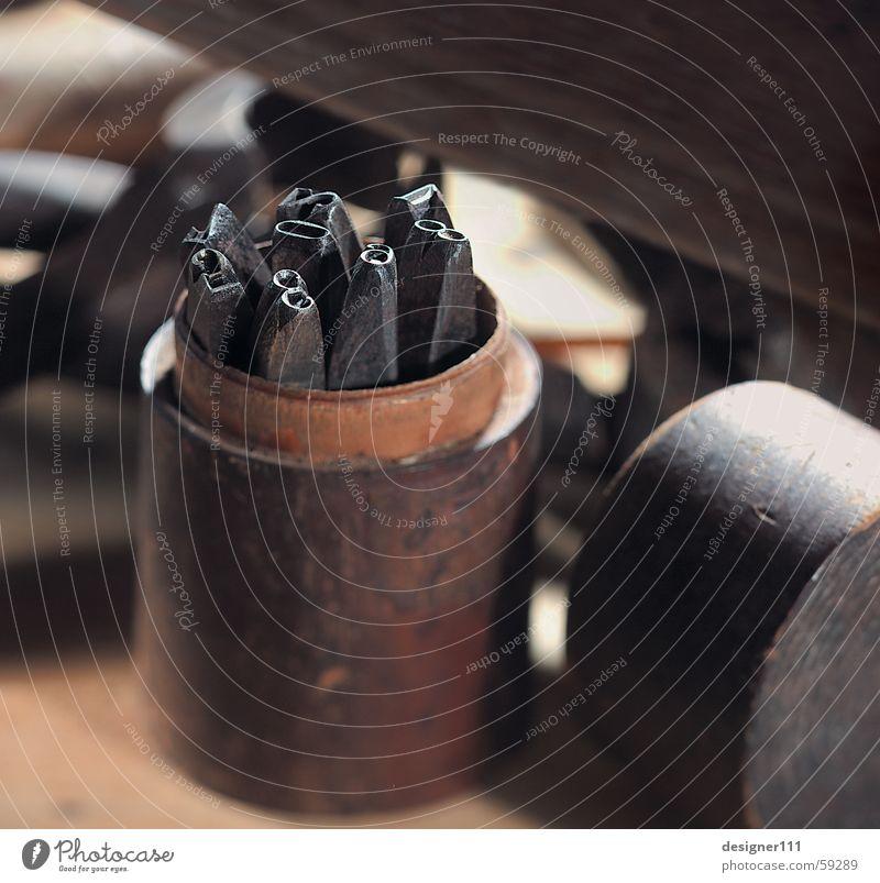 Prägeziffern Ziffern & Zahlen Buchstaben Prägestempel Werkzeug schlagen Stillleben Werkstatt Unschärfe Tradition Handwerk prägung Hammer alt Scharfer Gegenstand