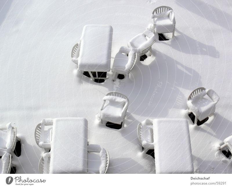 Frühstück? Tisch Stuhl Winter kalt Schnee Sonne Schatten Statue