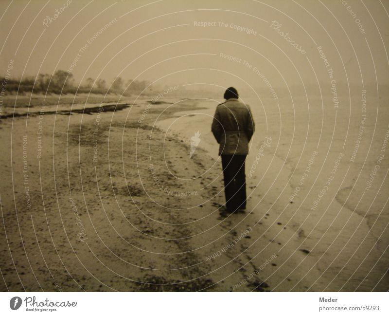 My father – the lonesome stranger See Nebel trist vergilbt analog Trauer Spaziergang gehen stehen abgelegen zurückziehen Regen Strand Meer feucht kalt Mann
