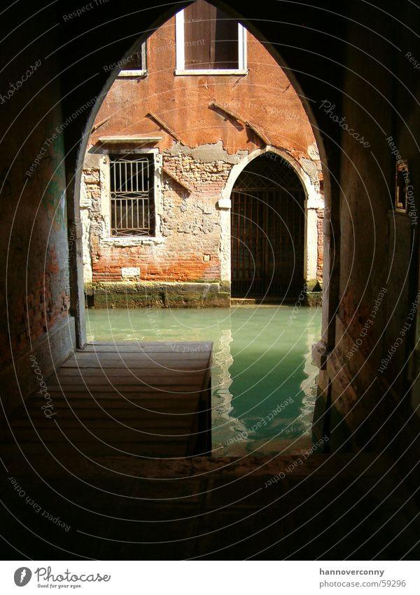 Hinterhof in Venedig Wasser alt Architektur Italien historisch Verfall Tunnel türkis Anlegestelle Durchblick Torbogen typisch Kanal Hafenstadt