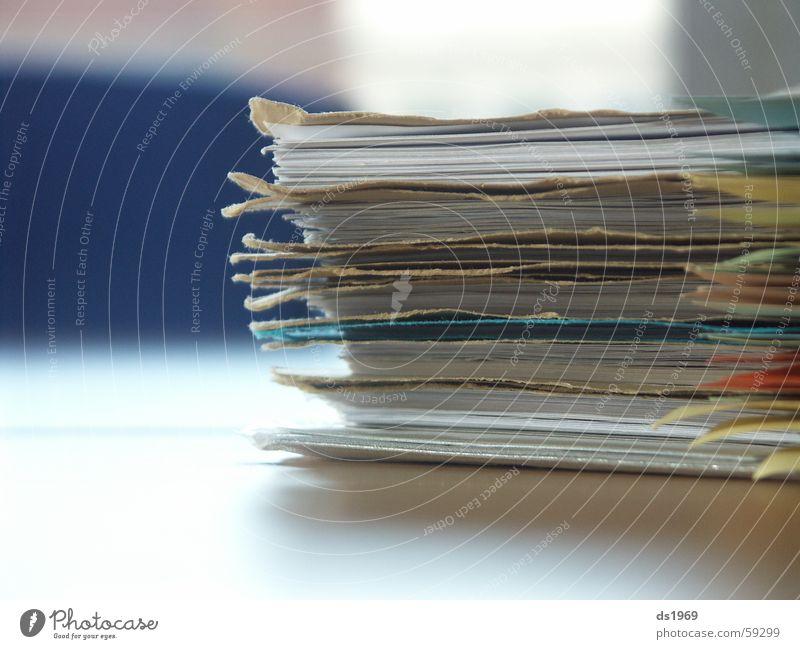 Aktenberg Tisch Nahaufnahme Makroaufnahme Büro Aktenordner blau Unschärfe