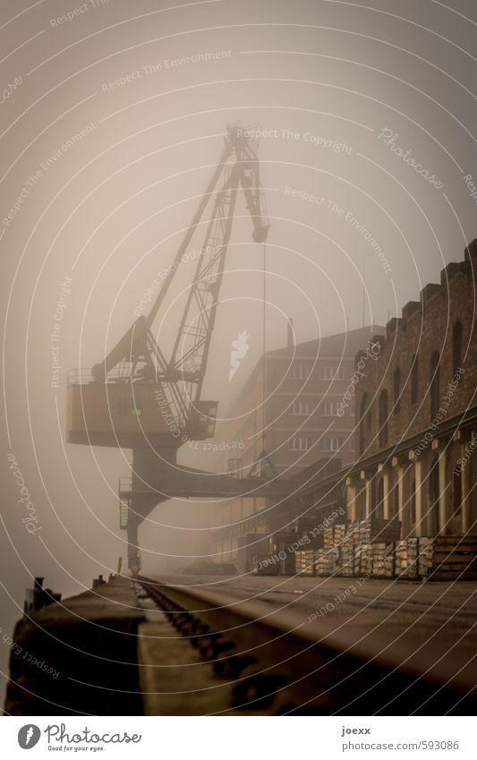 Zeitmaschine alt schwarz dunkel Wand Herbst Mauer braun Nebel retro historisch Kran Schienenfahrzeug