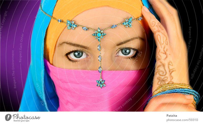 Indian Princess in Farbe Frau Hand blau Gesicht schwarz Auge orange rosa Körpermalerei violett Schmuck Indien zyan Schleier Naher und Mittlerer Osten hell-blau