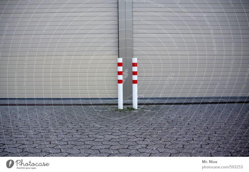 EinFall für zwei Arbeit & Erwerbstätigkeit Handel Güterverkehr & Logistik Industrieanlage Tor Gebäude Fassade Tür rot weiß Poller Rolltor Pflastersteine