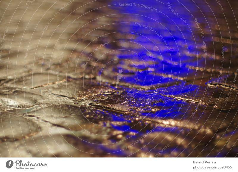 Blaulicht Verkehrswege Fußgänger Wege & Pfade blau grau schwarz weiß Kopfsteinpflaster Warnleuchte nass Wasser Regenwasser Fuge Glätte Pfütze Farbfoto