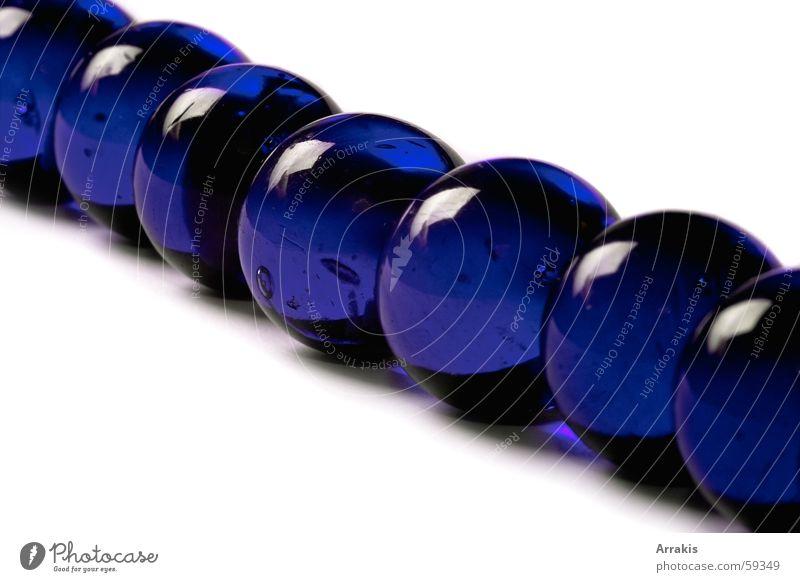 Murmelkette weiß Reflexion & Spiegelung Makroaufnahme Glas blau
