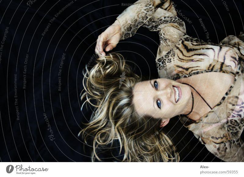 happy woman Frau reich schön schwarz weiß Reichtum edel elegant Gesicht Haare & Frisuren lachen verführerisch liegen