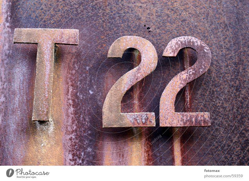 T 22 Ziffern & Zahlen Buchstaben Eisen Metall Rost verfallen