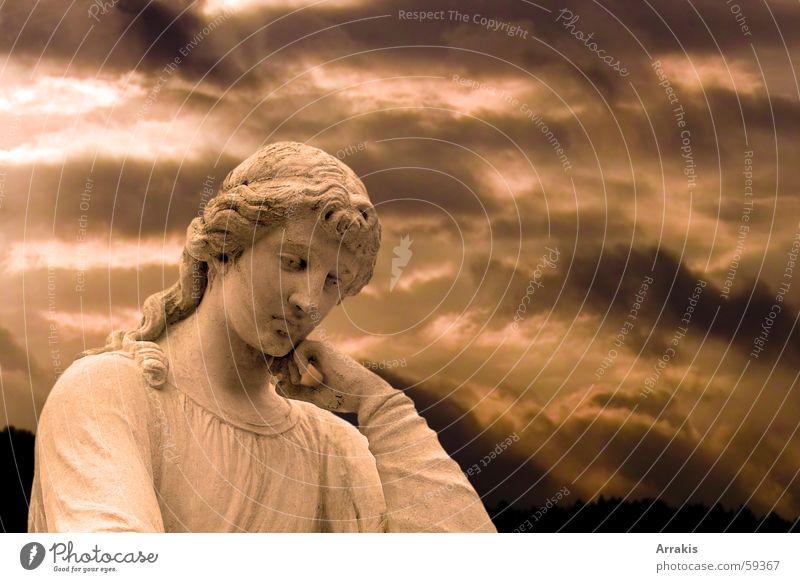 Denken Statue Friedhof Wolken dramatisch