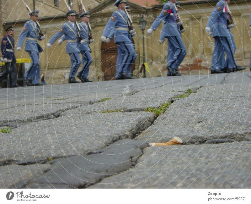 CZ-Soldaten Mensch blau Straße Zigarette Krieg Zigarettenstummel
