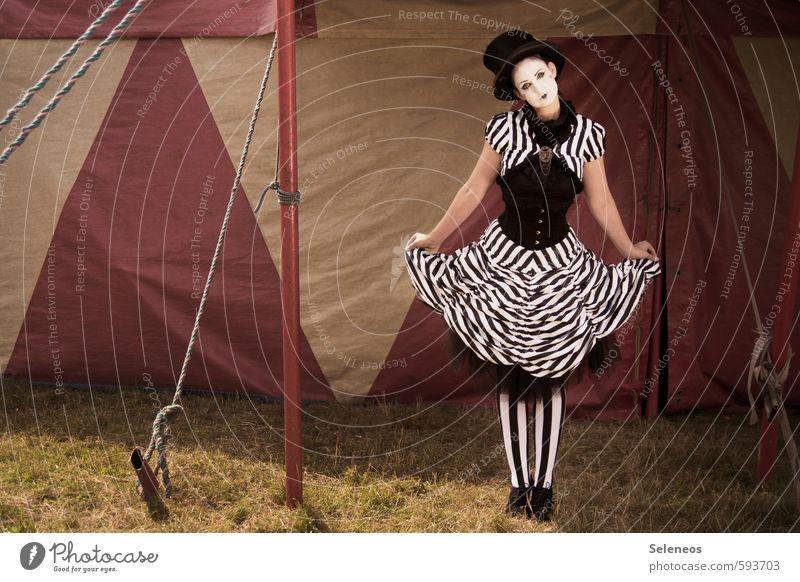 Vorhang auf Sommer Sonne Jahrmarkt Mensch feminin Frau Erwachsene 1 Schauspieler Zirkus Kultur Veranstaltung Gras Kleid Hut retro Zirkuszelt gestreift Farbfoto