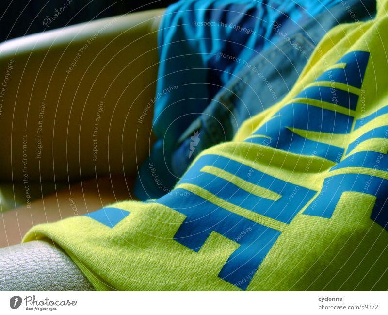 Textilterror 1 Textilien Stoff Bekleidung Licht Stil Aufdruck Dekoration & Verzierung Redewendung Englisch Sessel Jeanshose Farbe trendy Detailaufnahme Falte