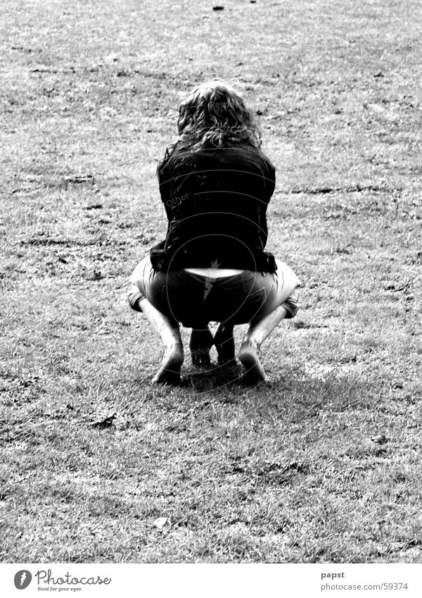 Oserhase Frau Barfuß Schwarzweißfoto Rückansicht Außenaufnahme hocken hockend Gesäß Rücken Vor hellem Hintergrund Freisteller Textfreiraum unten Junge Frau