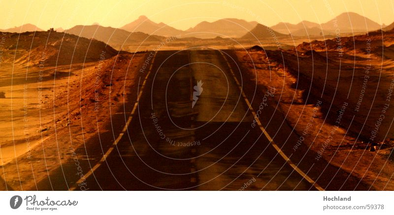 Sehnsucht nach road movie Ferien & Urlaub & Reisen Ferne Straße Berge u. Gebirge Sand Wege & Pfade braun gold leer Hoffnung Wüste Ziel außergewöhnlich Asphalt