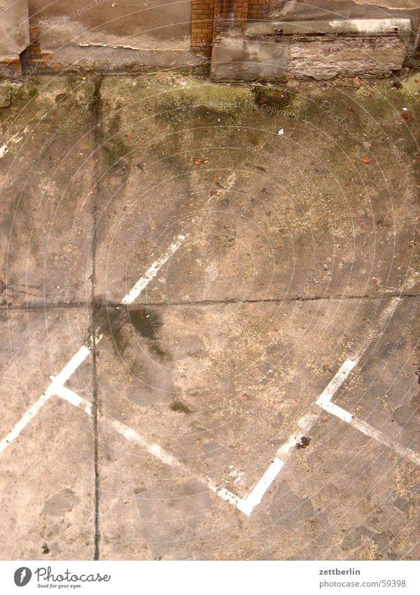 Parkplatz leer Strukturen & Formen beige Hintergrundbild Goldener Schnitt abstrakt Mauer Putz gewerbehof Linie Fleck Teilung abbröckeln virra