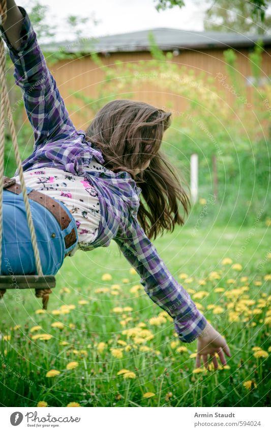 Mädchen auf Schaukel beugt sich zurück und greift nach Blumen Mensch Kind Natur Jugendliche grün Sommer Freude gelb Wiese feminin Bewegung Frühling Spielen