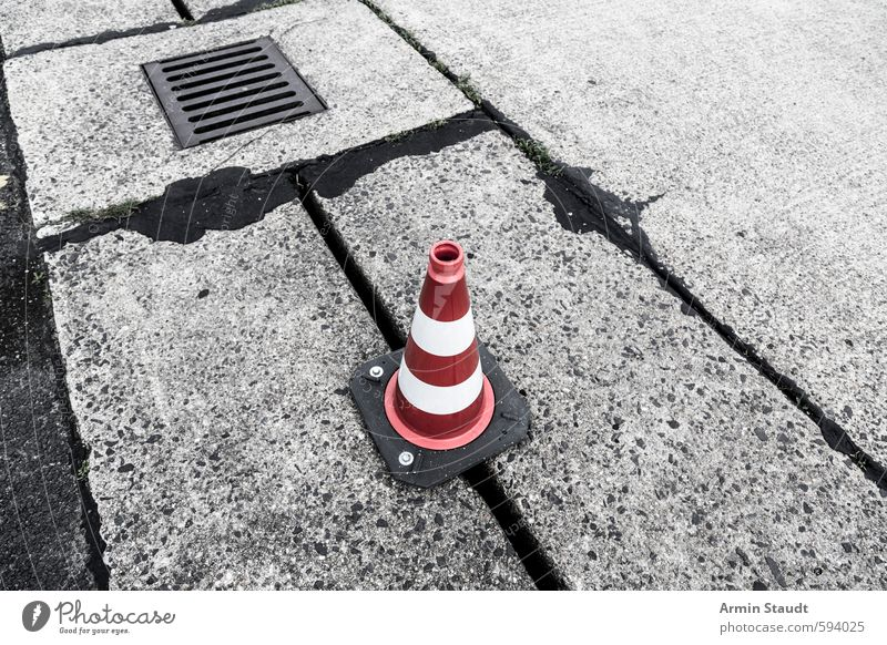 rot und weisser Absperrkegel auf dem Flughafen Tempelhof alt weiß Farbe Straße Wege & Pfade Berlin Stein stehen authentisch Beton Hinweisschild einfach