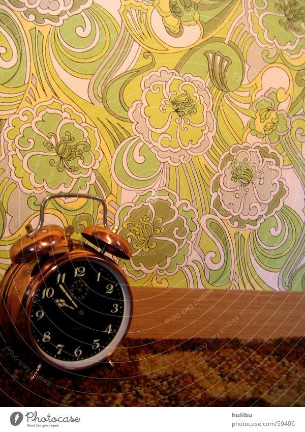 ring ring Wecker Uhr Wand Tapete mehrfarbig Knöpfe Muster Blume Blumenmuster Siebziger Jahre Sechziger Jahre Zifferblatt Teppich braun grün clock Farbe